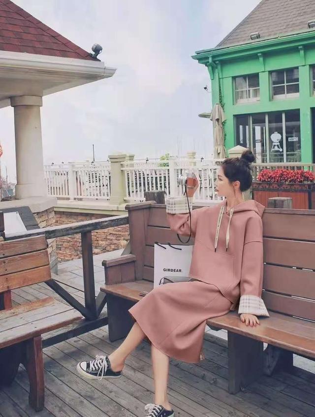 这才是普通人该有的秋季穿搭:卫衣+过膝裙,优雅时髦谁穿谁好看