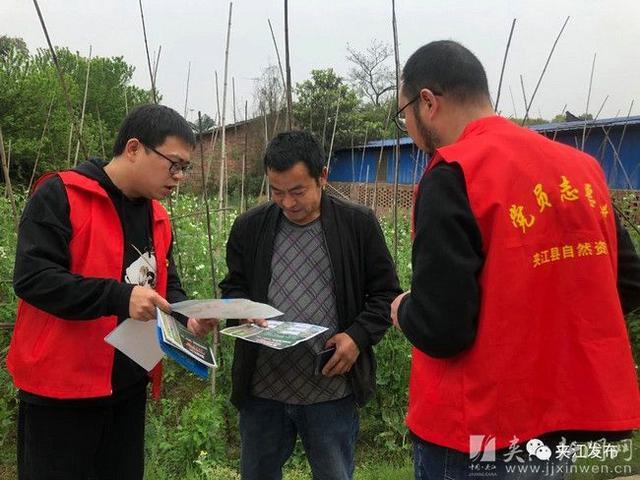 """夹江政策法规宣传不息歇 筑牢""""保耕地 防林火""""阵线"""