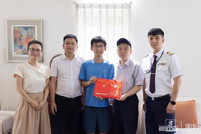 高考收获556分,他拿到上海工程技术大学2021级0001号本科录取知照照顾书