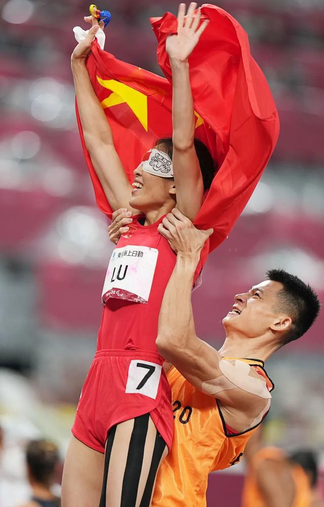 你举起国旗,我举起你