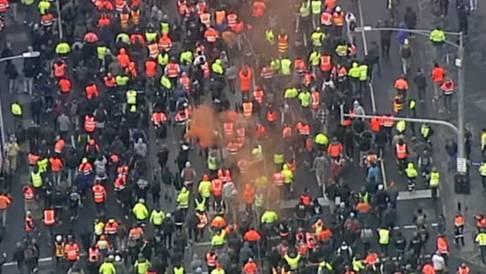 """混乱!澳大利亚墨尔本又爆发抗议,建筑工人""""边喊边砸""""反对强制接种疫苗"""