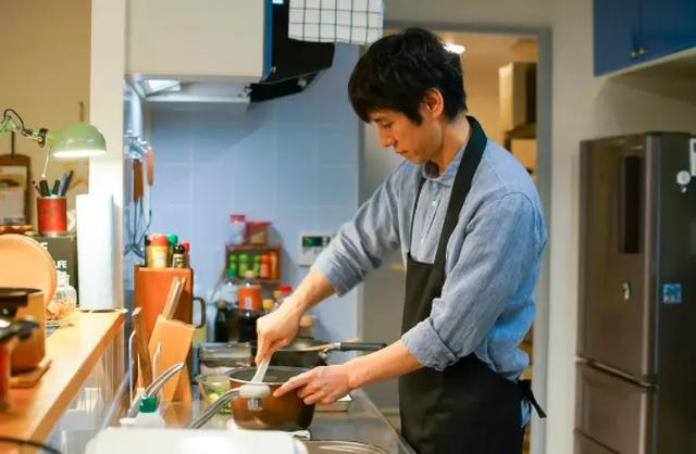 他曾是日本娱乐圈黄金单身汉,43岁娶小16岁老婆,生活甜蜜低调