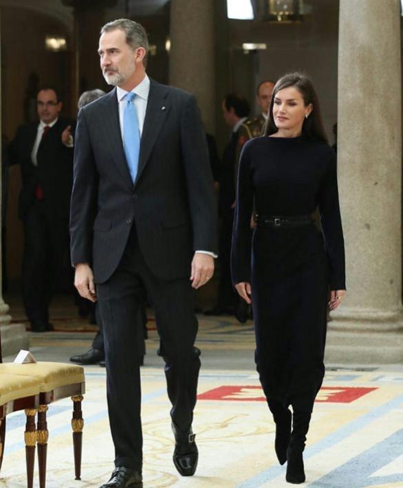 """西班牙王室""""最萌身高差"""":王后踩恨天高仰望,国王搂不到小蛮腰"""