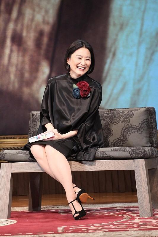 林青霞固然大了朱茵16岁,但穿上优雅的短裙,显得年轻很多9396 作者:admin 帖子ID:21634
