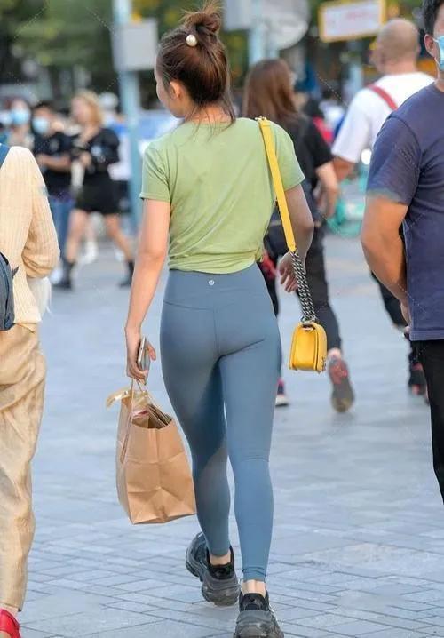 打底裤凸显小蛮腰身材,适合自己最重要,彰显清爽又个性魅力