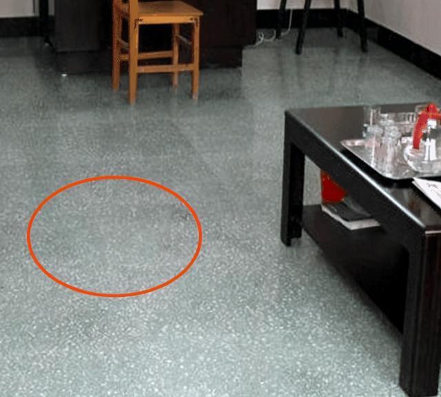 越来越多的人装修不铺地砖了,这2种地面,秀气耐用又省钱