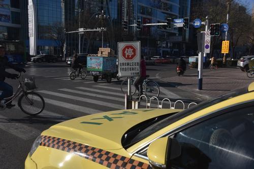 有这个标志,要停车让行,否则不但要罚款还要扣分