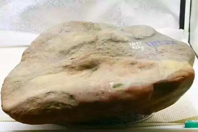 18万买的后江翡翠原石,切出罕见的黄加绿翡翠,这运气