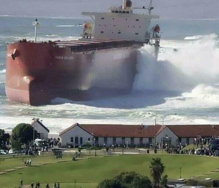 50个人类有多渺小的可怕实例:小渔村岸边的货轮,陆地最大车辆
