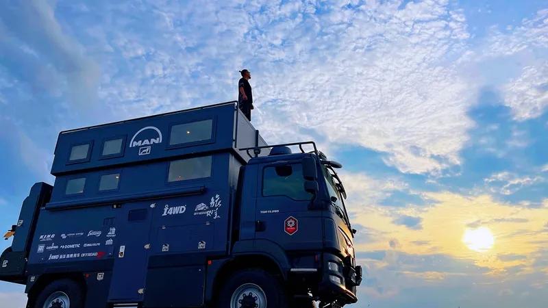 带升顶复式结构的重卡房车 旅美速腾MAN指挥者