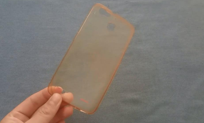 """手机透明壳发黄恶心?试试这个""""洗白""""方法,旧手机壳焕然一新"""