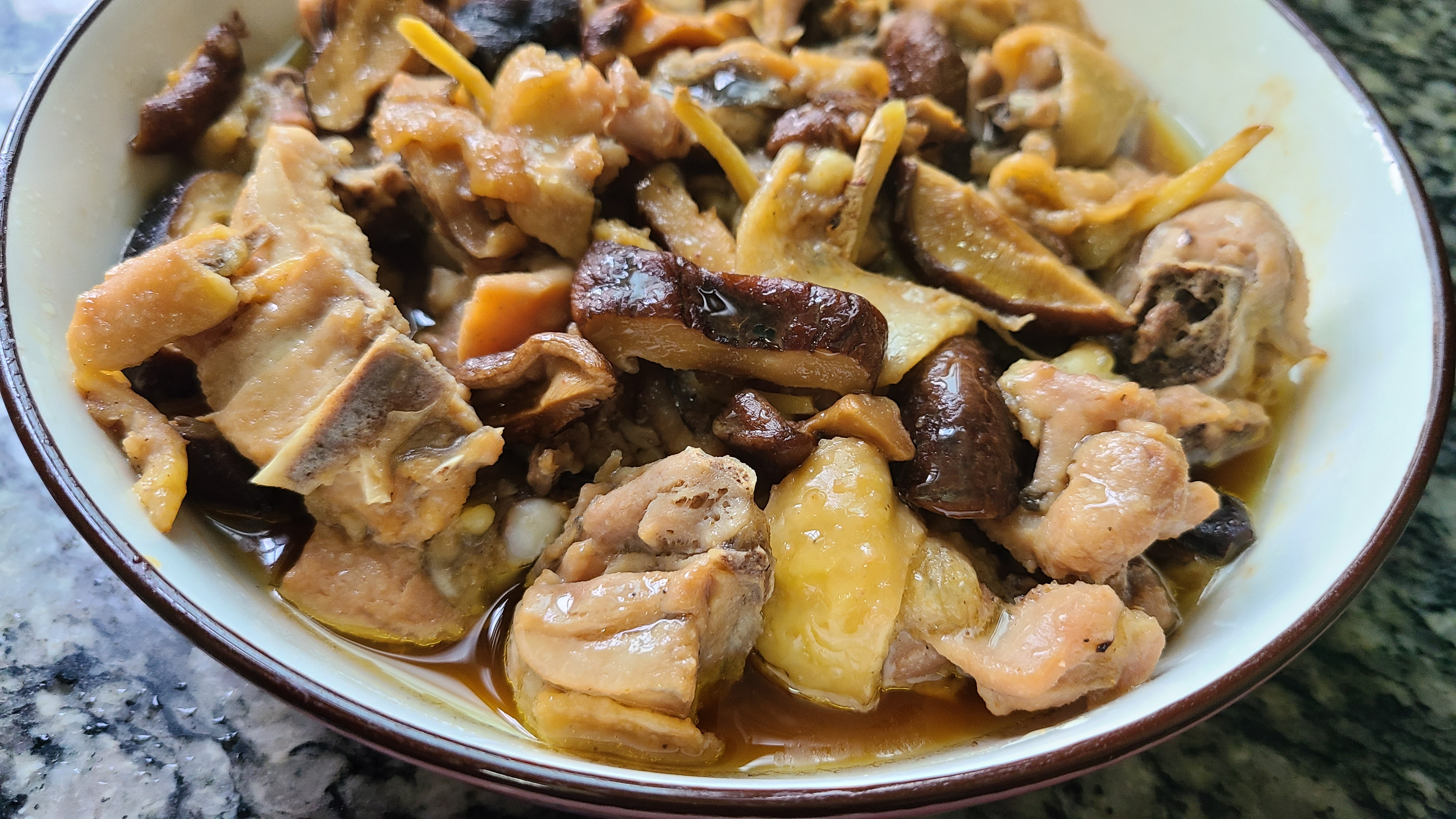 广东人很爱吃的香菇蒸滑鸡,嫩滑好吃,做法简单,看着就馋人