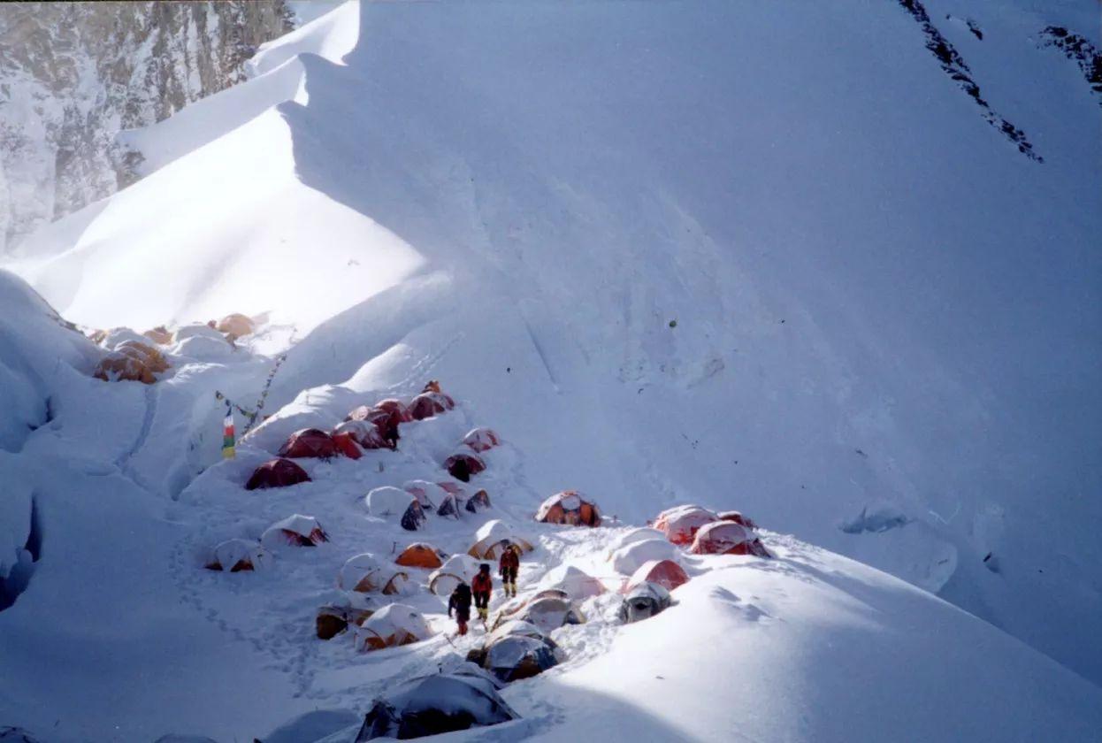 珠峰峰顶属于中国,外国人从尼泊尔登顶珠峰,算不算非法入境?