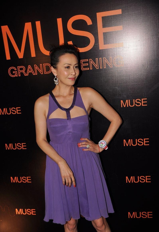 刘嘉玲穿得太清凉,穿吊带裙还挖了几个洞,但紫色却显肤色黑