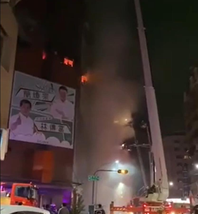 """台湾高雄""""城中城""""大楼大火已致46死,网友:逃生时连衣服鞋子都没穿"""