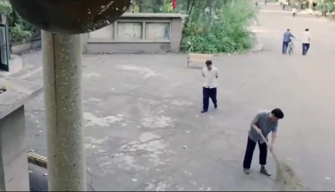 上海某大学一扫地大爷,因获先进暴露身份,市局领导:怎么是您?