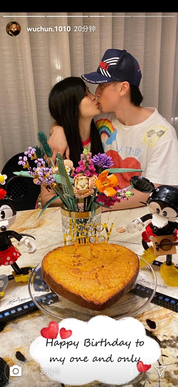 吴尊晒妻子儿子生日照,将林丽吟搂在怀里接吻,8岁Max帅气依旧